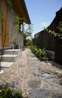 庭へのアプローチ