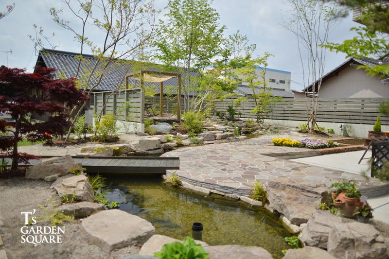 池のある雑木庭