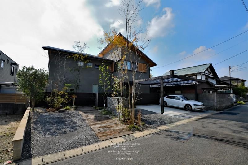 三和木の駐車場庭