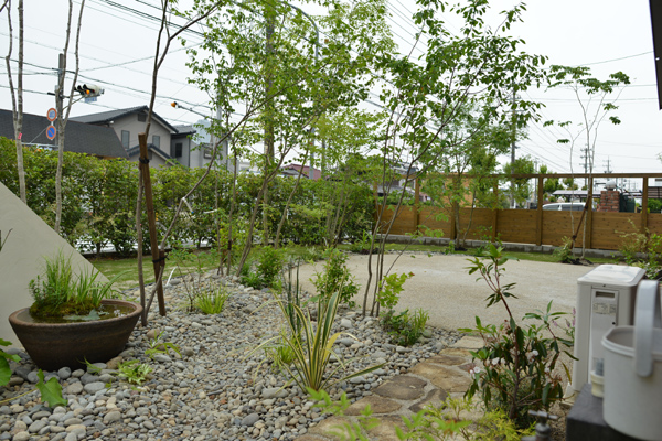 雑木の庭水回り