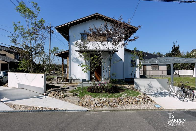 白い家と雑木の庭